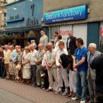 Grupa uczestników I Zjazdu Chorzowian czeka na rozpoczęcie parady