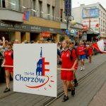 Paradę rozpoczyna logo 750-lecia Chorzowa
