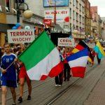Flagi państw z miast partnerskich: Termoli, Creil, Iserlohn, Tarnopol