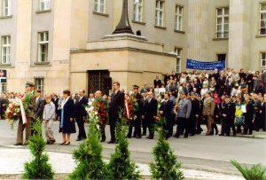 Odsłonięcie Pomnika. W pierwszym rzędzie rodzina Korfantego. W drugim - delegacja Społecznego Komitetu (od lewej) J.Otte, H.Dziewior, A.Dawidowski.